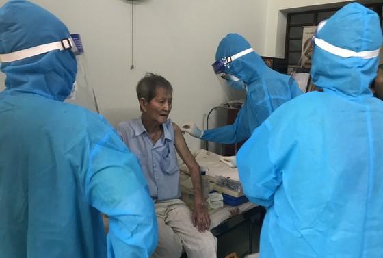 Nhiều quận, huyện tại TPHCM chờ vaccine để tiêm mũi 2 cho người dân ảnh 1