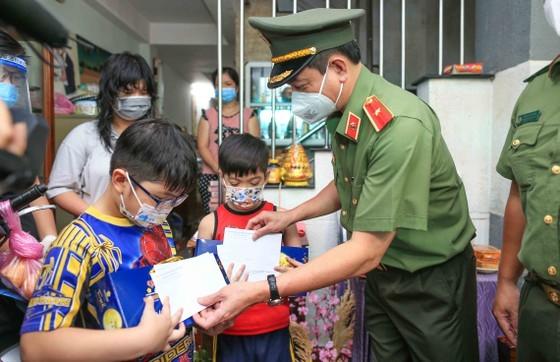 Lãnh đạo TPHCM thăm trẻ em mồ côi có cha, mẹ mất vì Covid-19 ảnh 9