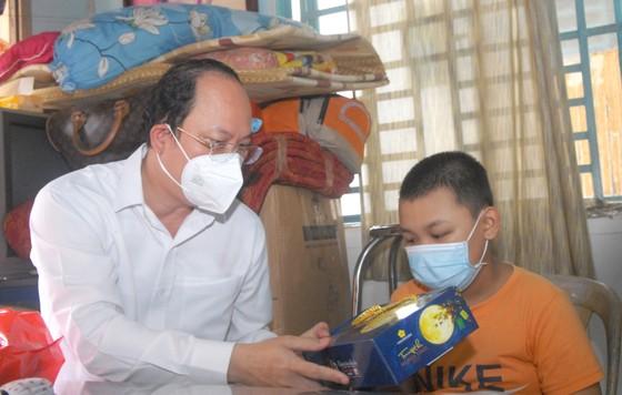 Lãnh đạo TPHCM thăm trẻ em mồ côi có cha, mẹ mất vì Covid-19 ảnh 1