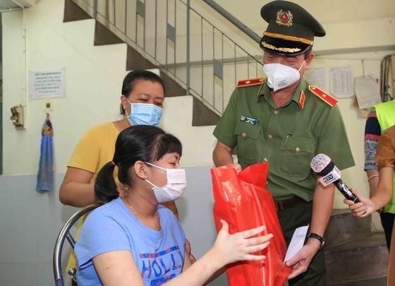 Lãnh đạo TPHCM thăm trẻ em mồ côi có cha, mẹ mất vì Covid-19 ảnh 8