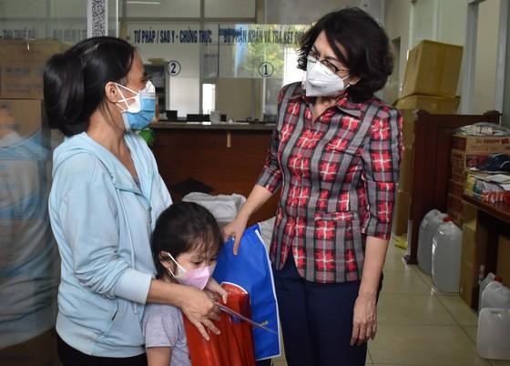 Lãnh đạo TPHCM thăm trẻ em mồ côi có cha, mẹ mất vì Covid-19 ảnh 3