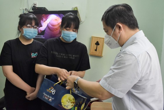 Lãnh đạo TPHCM thăm, trao quà Trung thu cho trẻ mồ côi vì Covid-19 ảnh 2