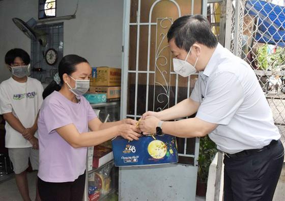 Lãnh đạo TPHCM thăm, trao quà Trung thu cho trẻ mồ côi vì Covid-19 ảnh 1