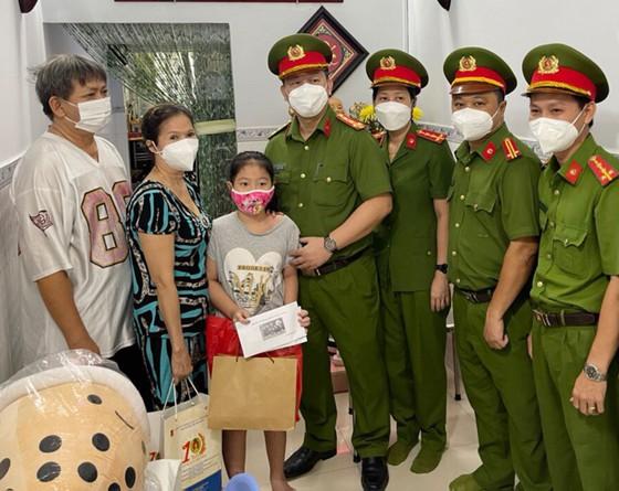 Lãnh đạo TPHCM thăm, trao quà Trung thu cho trẻ mồ côi vì Covid-19 ảnh 7