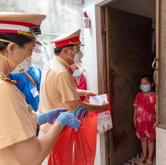 Lãnh đạo TPHCM thăm, trao quà Trung thu cho trẻ mồ côi vì Covid-19 ảnh 8