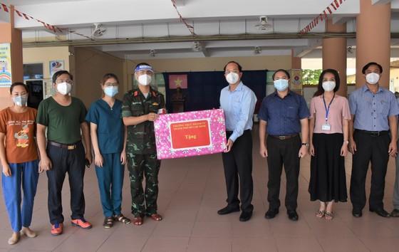 Phó Bí thư Thành ủy TPHCM Nguyễn Hồ Hải thăm, tặng trang thiết bị y tế tại quận 12 và Gò Vấp ảnh 2