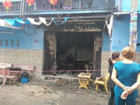 Giải cứu 2 người mắc kẹt trong căn nhà cháy ở TPHCM ảnh 1