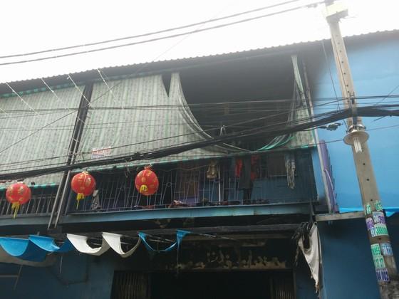 Giải cứu 2 người mắc kẹt trong căn nhà cháy ở TPHCM ảnh 2
