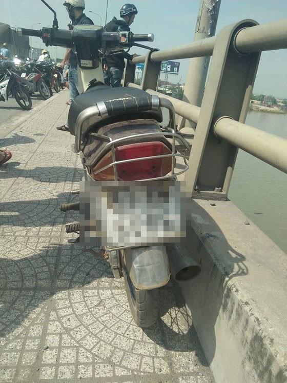 Bỏ lại xe máy, người đàn ông gieo mình xuống sông Đồng Nai tự tử ảnh 1