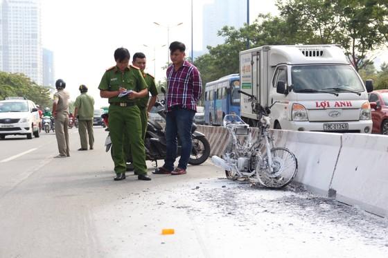 Người phụ nữ thoát khỏi xe máy bốc cháy trên Xa lộ Hà Nội ảnh 2