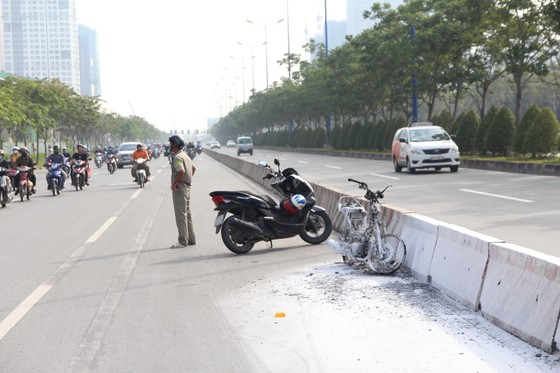 Người phụ nữ thoát khỏi xe máy bốc cháy trên Xa lộ Hà Nội ảnh 1