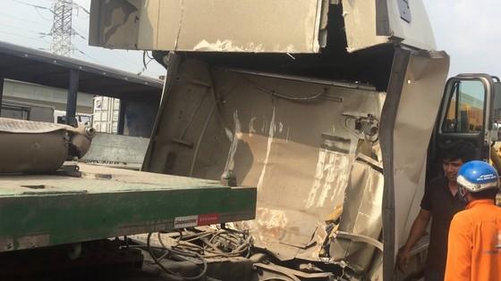Cuộn sắt hơn 20 tấn rơi đè bẹp cabin xe container, tài xế và phụ xe thoát chết ảnh 1