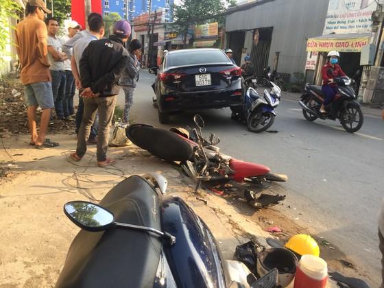 Xe ô tô tông nhiều xe máy khiến 3 người bị thương ở TPHCM ảnh 2
