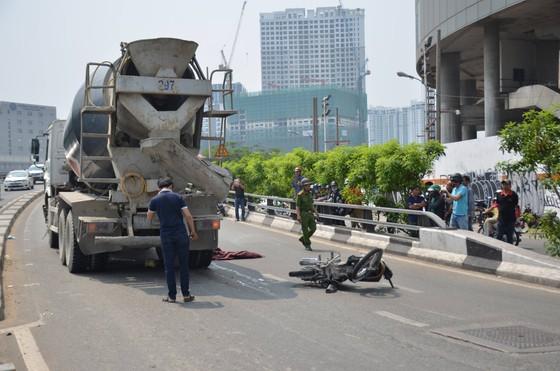 Xe bồn cán tử vong người đàn ông tại cầu Khánh Hội, giao thông ùn ứ kéo dài ảnh 1