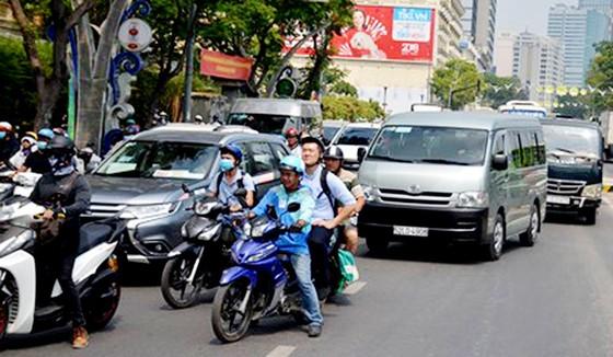 Xe bồn cán tử vong người đàn ông tại cầu Khánh Hội, giao thông ùn ứ kéo dài ảnh 3