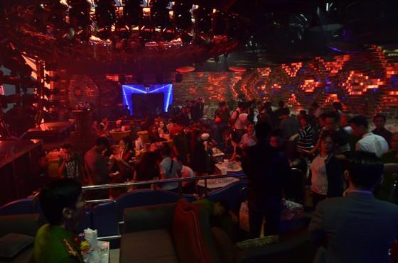 """Đột kích 2 quán bar, phát hiện hàng trăm dân chơi nghi """"phê"""" ma tuý ảnh 3"""