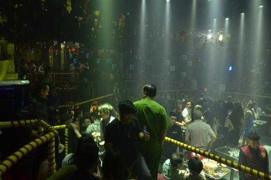 """Đột kích 2 quán bar, phát hiện hàng trăm dân chơi nghi """"phê"""" ma tuý ảnh 6"""
