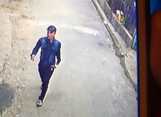 Video nam thanh niên rời khỏi tiệm thuốc nơi cô gái bị sát hại ảnh 1