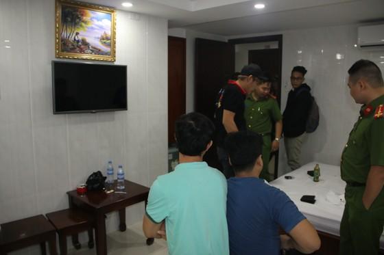 Kiểm tra hàng loạt khách sạn ở TPHCM phát hiện nhiều dân chơi nghi phê ma tuý ảnh 2
