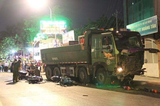 """Vụ xe ben """"điên"""" tông nhiều xe máy: 1 nạn nhân đã tử vong ảnh 2"""