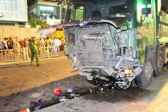 """Vụ xe ben """"điên"""" tông nhiều xe máy: 1 nạn nhân đã tử vong ảnh 1"""
