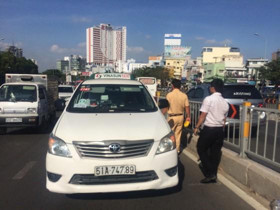 Va chạm 3 xe ô tô ở cầu vượt Hàng Xanh, đôi vợ chồng cùng con nhỏ hoảng loạn kêu cứu ảnh 1