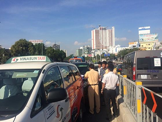 Va chạm 3 xe ô tô ở cầu vượt Hàng Xanh, đôi vợ chồng cùng con nhỏ hoảng loạn kêu cứu ảnh 2