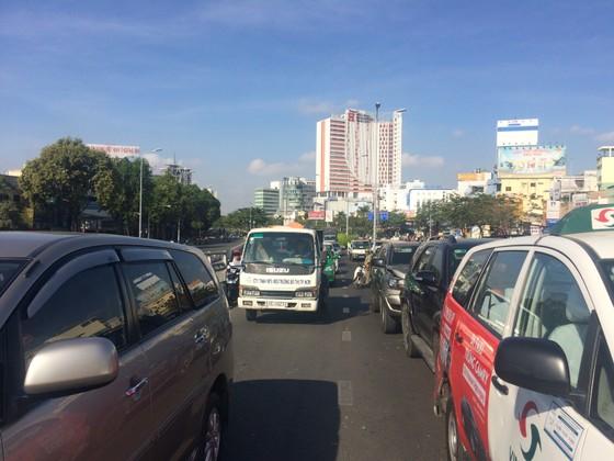 Va chạm 3 xe ô tô ở cầu vượt Hàng Xanh, đôi vợ chồng cùng con nhỏ hoảng loạn kêu cứu ảnh 3