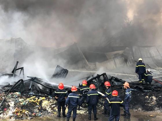 VIDEO: Cháy cơ sở sản xuất nệm mút ở huyện Bình Chánh, nhiều người mắc kẹt kêu cứu ảnh 3