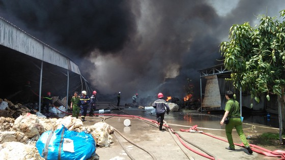 VIDEO: Cháy cơ sở sản xuất nệm mút ở huyện Bình Chánh, nhiều người mắc kẹt kêu cứu ảnh 4