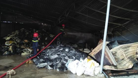 VIDEO: Cháy cơ sở sản xuất nệm mút ở huyện Bình Chánh, nhiều người mắc kẹt kêu cứu ảnh 6