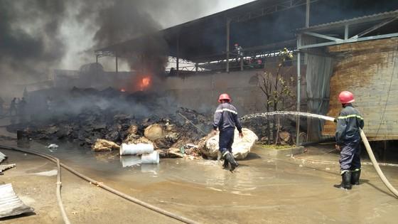 VIDEO: Cháy cơ sở sản xuất nệm mút ở huyện Bình Chánh, nhiều người mắc kẹt kêu cứu ảnh 5
