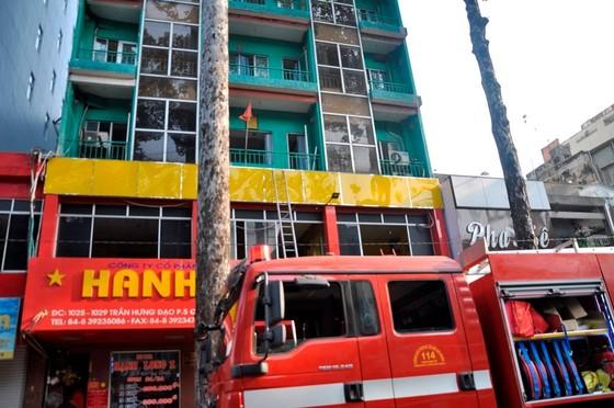 Giải cứu hàng chục người mắc kẹt trong khách sạn bốc cháy ở TPHCM ảnh 3