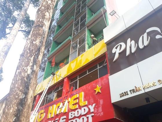 Giải cứu hàng chục người mắc kẹt trong khách sạn bốc cháy ở TPHCM ảnh 4