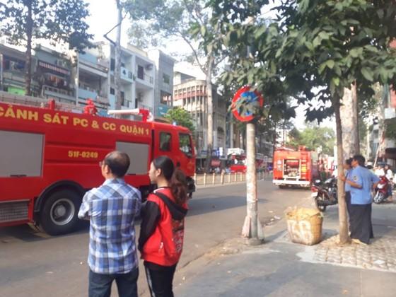 Giải cứu hàng chục người mắc kẹt trong khách sạn bốc cháy ở TPHCM ảnh 5