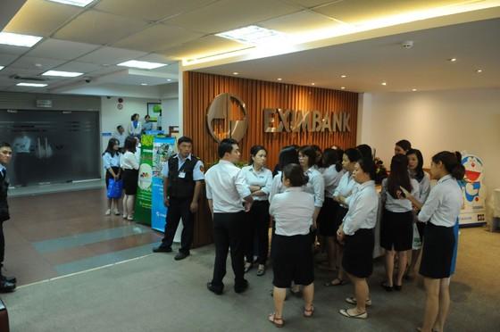 Bộ Công an khám xét ngân hàng Eximbank chi nhánh TPHCM ảnh 2