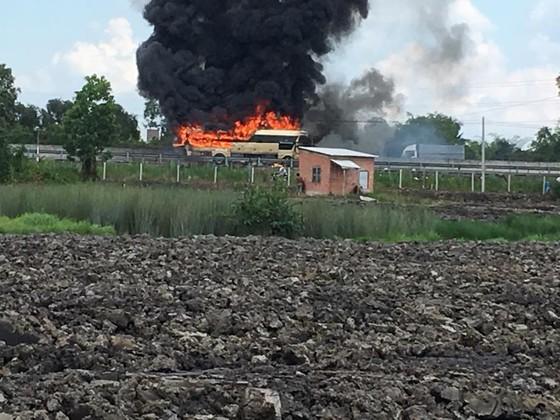 Xe khách  cháy rụi trên cao tốc TPHCM – Trung Lương ảnh 2