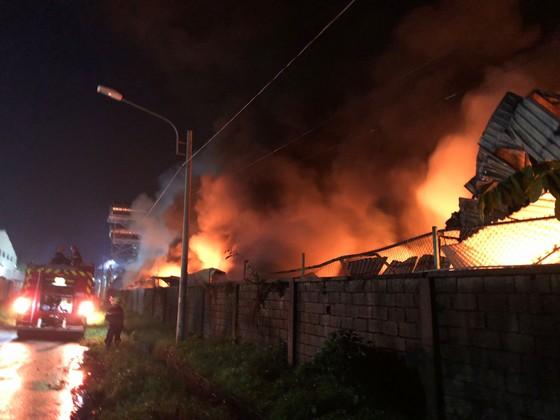 Hàng trăm chiến sĩ PCCC tham gia chữa cháy tại Khu công nghiệp Vĩnh Lộc ảnh 2