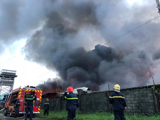 Hàng trăm chiến sĩ PCCC tham gia chữa cháy tại Khu công nghiệp Vĩnh Lộc ảnh 13