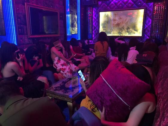 Đột kích nhà hàng lúc nửa đêm, hàng chục nữ tiếp viên ăn mặc hở hang chạy tán loạn  ảnh 3