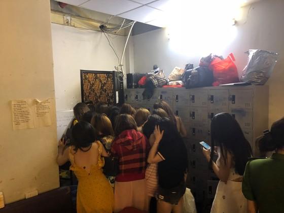 Đột kích nhà hàng lúc nửa đêm, hàng chục nữ tiếp viên ăn mặc hở hang chạy tán loạn  ảnh 5