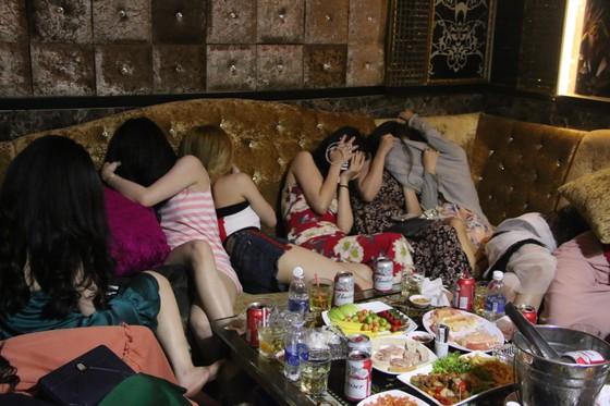 Đột kích nhà hàng lúc nửa đêm, hàng chục nữ tiếp viên ăn mặc hở hang chạy tán loạn  ảnh 6
