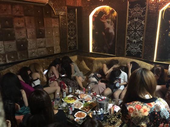Đột kích nhà hàng lúc nửa đêm, hàng chục nữ tiếp viên ăn mặc hở hang chạy tán loạn  ảnh 7