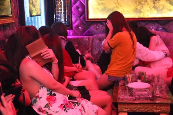 Đột kích nhà hàng lúc nửa đêm, hàng chục nữ tiếp viên ăn mặc hở hang chạy tán loạn  ảnh 9