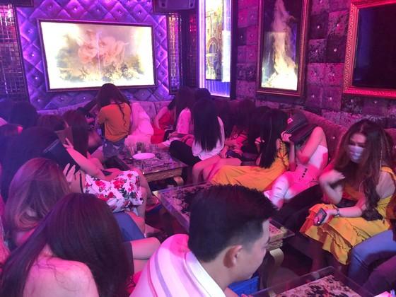 Đột kích nhà hàng lúc nửa đêm, hàng chục nữ tiếp viên ăn mặc hở hang chạy tán loạn  ảnh 10