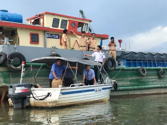 Ghe hơn 100 tấn chìm ở TPHCM, 3 người thoát chết ảnh 1