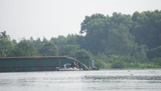 Đã tìm thấy thi thể 2 trong số 3 nạn nhân vụ chìm sà lan trên sông Đồng Nai ảnh 4
