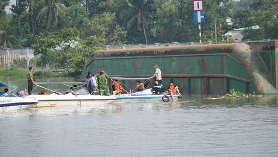 Đã tìm thấy thi thể 2 trong số 3 nạn nhân vụ chìm sà lan trên sông Đồng Nai ảnh 3