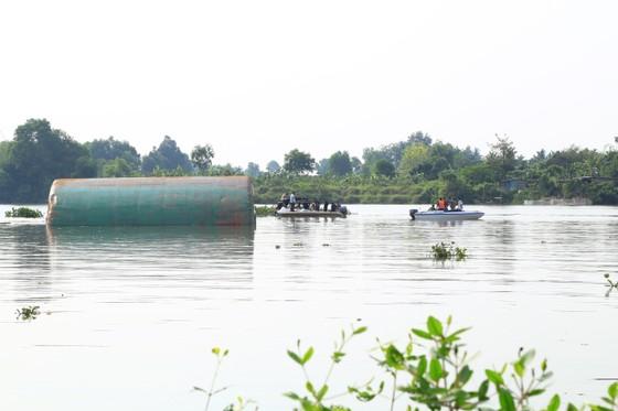 Đã tìm thấy thi thể 2 trong số 3 nạn nhân vụ chìm sà lan trên sông Đồng Nai ảnh 5