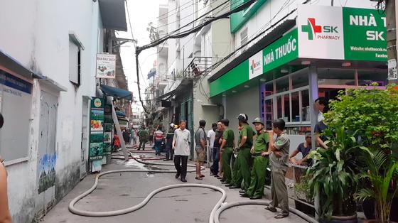 Giải cứu 2 người mắc kẹt trong đám cháy chung cư ở TPHCM ảnh 10